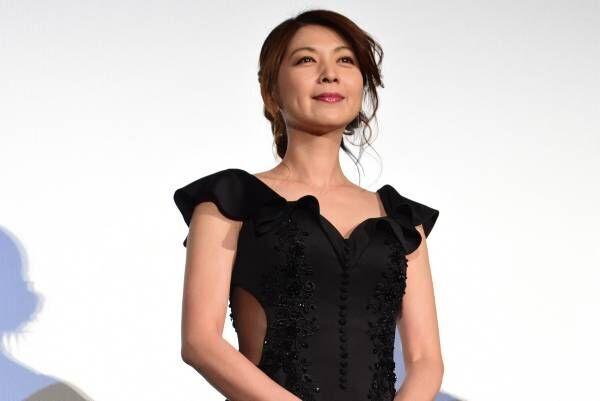 飯島直子、脇腹シースルー&ざっくり胸元! 抜群スタイルの色香で君臨