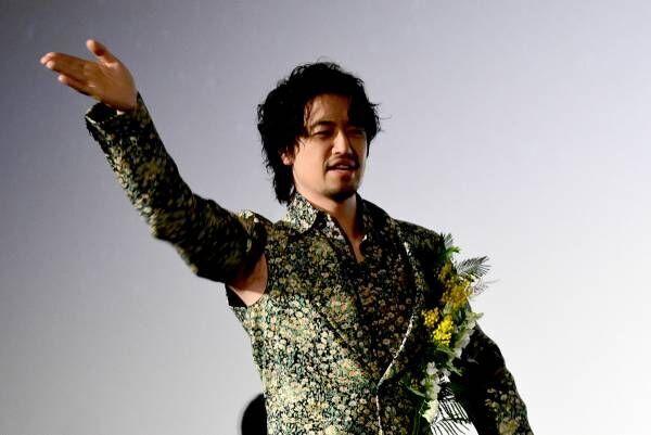 斎藤工、まさかの脇チラ衣装がバレて動揺「撮らないでください!」