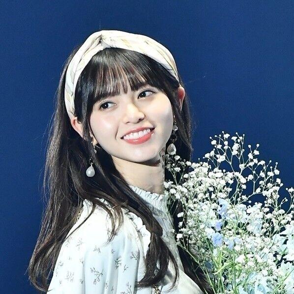 乃木坂46齋藤飛鳥、花束を抱え笑顔でランウェイ