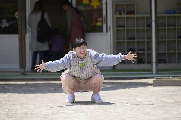 伊藤沙莉、豪快なカエルジャンプ! 子どもたちを熱烈に出迎える先生に