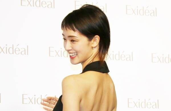 剛力彩芽、美背中全開ドレスで魅了「かっこよく輝いてみました」