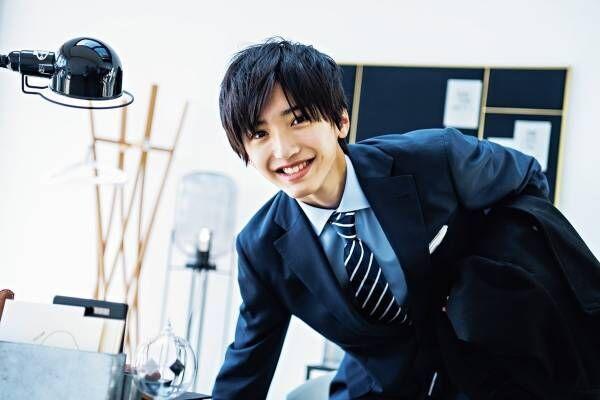 """なにわ男子・道枝駿佑、""""理想の後輩""""熱演! スーツ姿でオフィスラブ表現"""