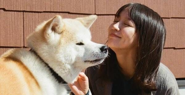 吉岡里帆、犬の前で幸せそうな笑顔…「動物への愛」伝わるオフショット