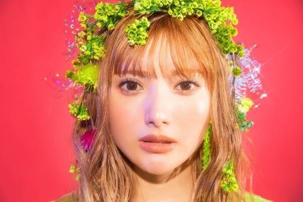 安斉かれん、生花でガーリーに! 新曲「Secret Love」の新ビジュアル公開
