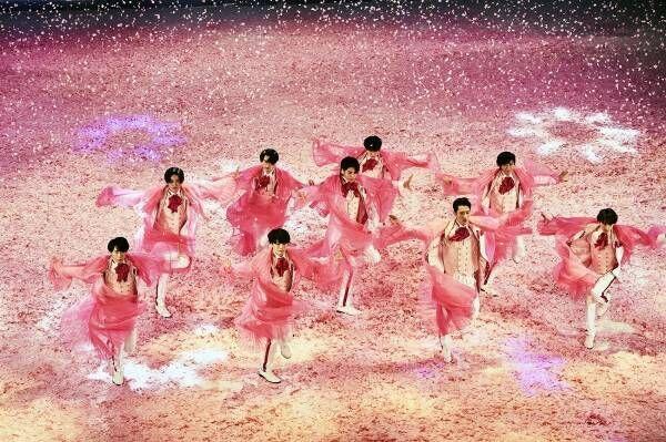 Snow Man、大量の桜の中で舞う…振付の五関晃一「滝沢歌舞伎は日本そのもの」