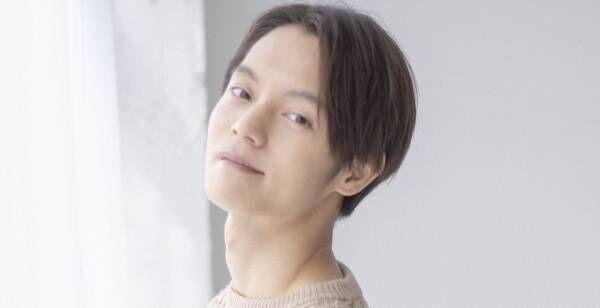 窪田正孝2021年カレンダー発売決定、眼鏡くわえる白ニット姿ほか写真公開