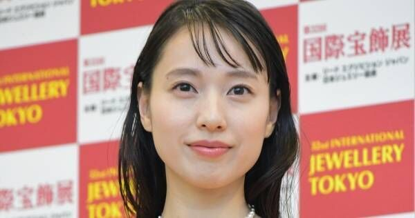 戸田恵梨香、美デコルテ×パールで眩い輝き「重さと喜びを味わっています」