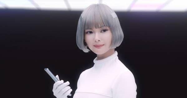 玉城ティナ、真っ白衣装でアンドロイドに 「かわいい!」とスタッフ絶賛【動画あり】