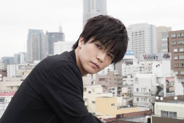 岩田剛典、空虚さを抱えビルの屋上に…主演映画のその後描いたドラマ配信