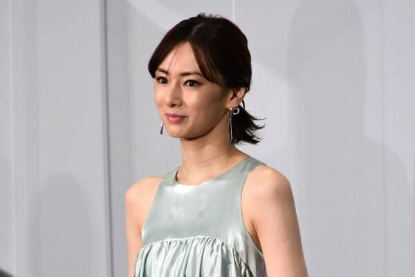 北川景子、ほっそり美肩際立つドレスで圧倒的女神感! 木村佳乃からの電話に涙