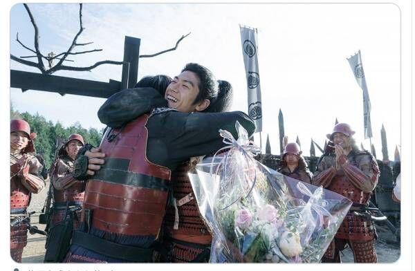 新田真剣佑、三浦春馬さんと抱き合う写真に反響…『ブレイブ』キャスト陣が続々SNS投稿