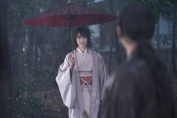 薫・武井咲、雨に打たれる剣心・佐藤健を迎えに…『るろ剣』10年の成長