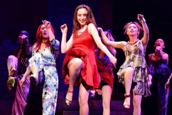 石田ニコル、真っ赤なスカート翻し妖艶ダンス! 力強い歌声も披露し「毎回が新鮮」