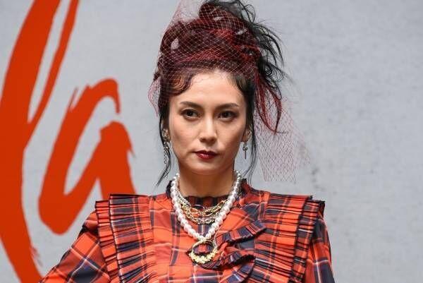 柴咲コウ、真っ赤なドレスで登場「元気になる」 クルエラをイメージ