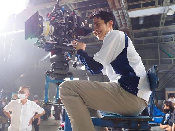 松坂桃李、カメラマンに転身!? 撮影現場を和ませ、西田敏行も「成長ぶりは底知れず」