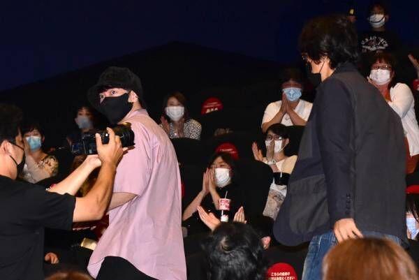 佐藤健&江口洋介、映画デートで『るろ剣』サプライズ登場! 歌舞伎町の真ん中を堂々と歩く