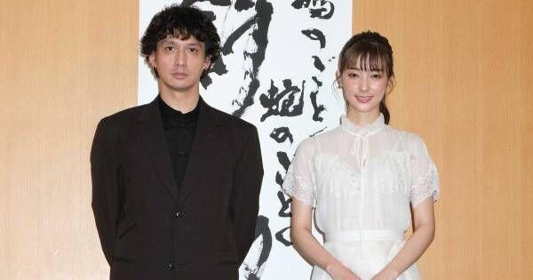 宮本茉由「初主演なので」『斜陽』会見に純白ワンピース姿で登場