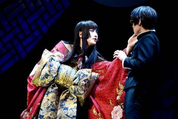太田基裕、妖艶な女主人役で阪本奨悟とともに美声響かせる「xxxHOLiC」開幕