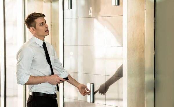 心理テスト エレベーターを待つときの仕草でわかる、彼の隠れた性格
