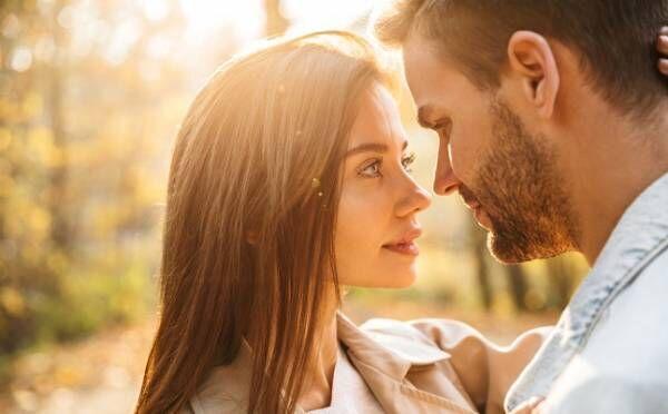 【10月の恋占い】月運命数2の人は、距離感が心地いい大人の恋が始まる?