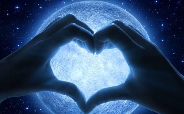 獅子座は情熱的な恋の予感!10/2「牡羊座満月」12星座別・恋のルーン占い