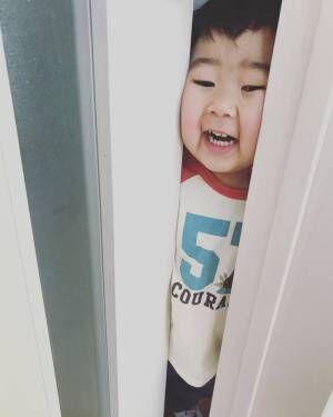 スキマがあれば挟まりたい…?!こんなところに「はさまる子」発見!の画像