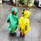 ご近所に恐竜やペンギンがあらわれる…!?雨の日限定!レインコーデ集