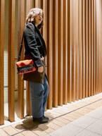 【おしゃれびとスナップ#27】エッジの効いたバッグで、冬の装いをカラフルに