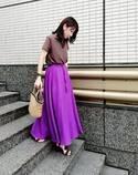 きれい色マキシスカートにはニュアンスカラーのトップスがなじみます