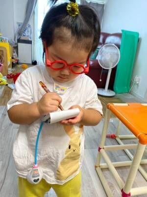 患者役のお母さんを相手に、懸命にカルテをとる3歳のお医者さん