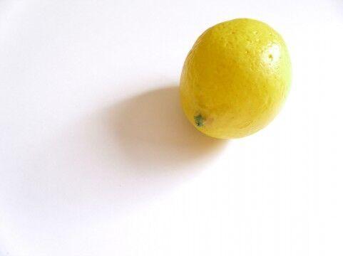 疲れを隠す朝の早ワザ5選「冷水をひざ下に」「レモンの香り」「明るいピンク」