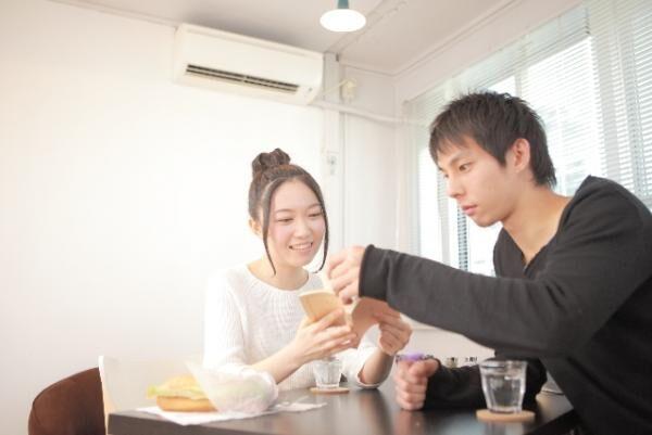 女性がドン引きした恋人の食事マナー「握り寿司のネタだけ食べる」「食事中にLINEで他の女性に返信」