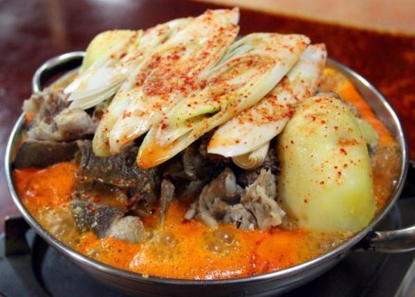 辛さだけでない豚骨のうま味とコクを堪能する真っ赤なスープ、韓国式じゃがいも鍋カムジャタンの名店・新大久保『松屋』