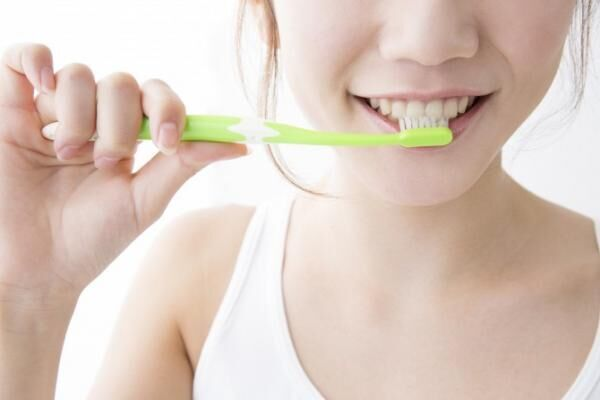 歯のホワイトニングは自宅で可能!? 重曹、お酢、消しゴム、ほか
