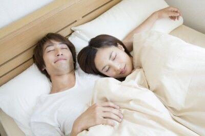 【男女のちがい】暑い夜も恋人とくっついて寝たい?