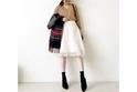 ラブリーになりがちな白スカートは、黒の小物でメリハリを #東京365日コーデ