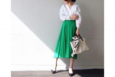 グリーンのミモレ丈スカートで、後輩女子に憧れられるキレイめスタイルに #東京365日コーデ