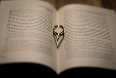 職場で「婚約指輪」をつけたくない理由