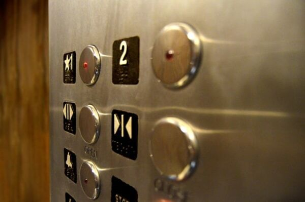 知らないとやばい! エレベーターの基本マナー13