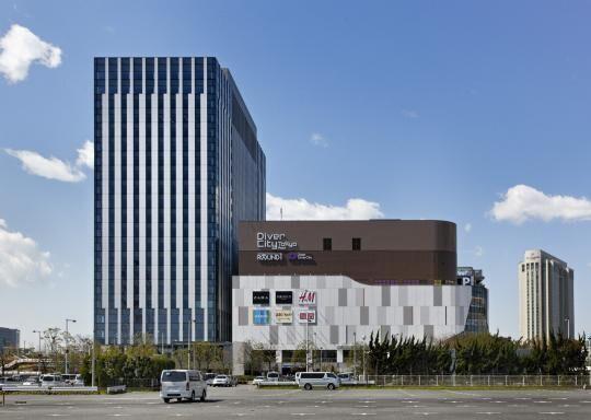 ダイバーシティ東京プラザ開業一周年記念 ローラがファッション大使として来館