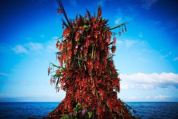 フィリピンの海に植物を生けた「In Broom」最新作