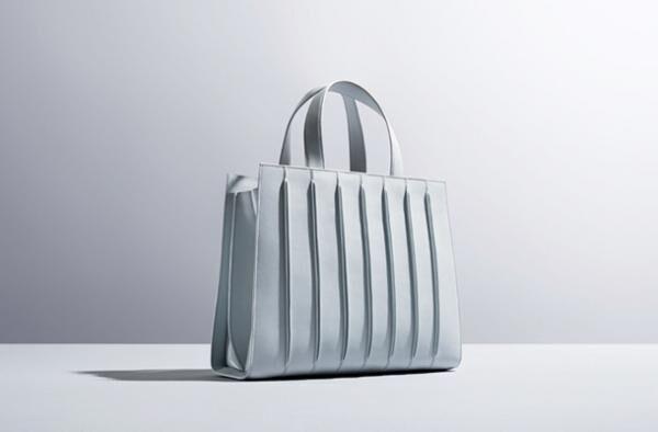 マックスマーラ×レンゾ・ピアノ・ビルディングワークショップのコラボバッグ「ホイットニーバッグ」(24万3,000円)
