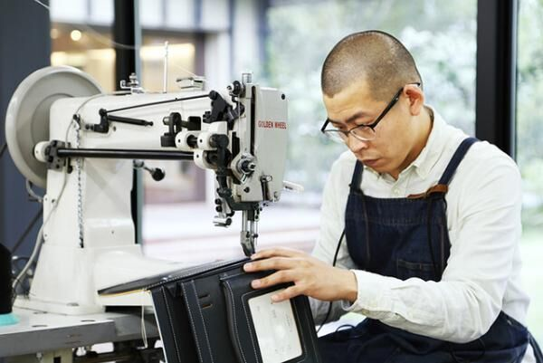 「土屋鞄製造所」の軽井澤工房店/ガラス張りの工房を自由に見学