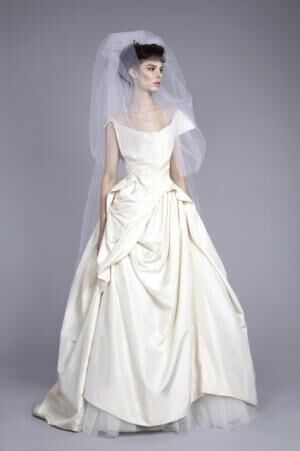 18世紀の衣装にインスパイアされた実験的なパターンカッティングを表現した「Bird of Paradise」