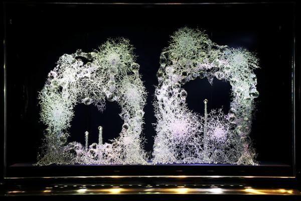 ヴァンクリーフ&アーペルが現代アーティスト・松宮硝子とコラボレーションしたスペシャルウィンドウディスプレイ