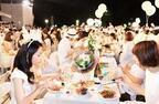 """日本初上陸の""""白い""""パーティー「ディネ・アン・ブラン」開催!全身白を纏った参加者が聖徳記念絵画館に集結"""