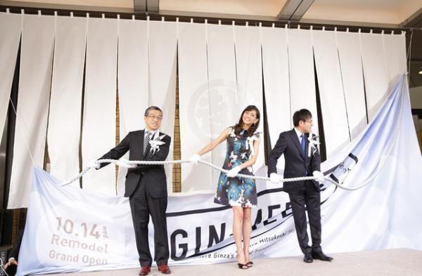 オープニングセレモニーでの左から大西洋・三越伊勢丹ホールディングス代表取締役社長、前田典子さん、浅賀誠・三越銀座店長、