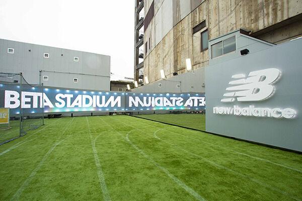 ニューバランス提案の屋外スタジアム「NB BETA STADIUM」が、ファッションの聖地原宿に期間限定オープン
