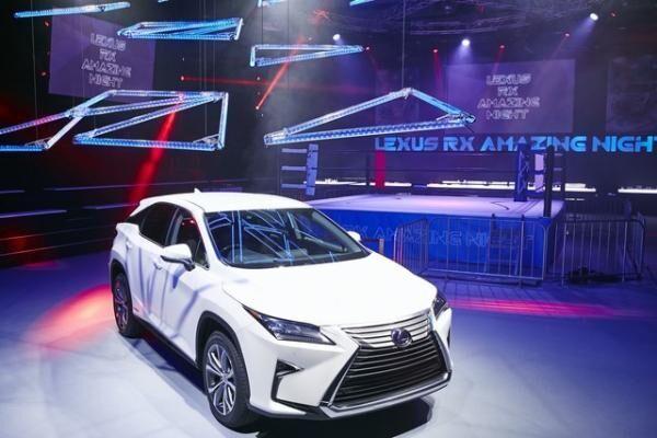 レクサスの新型「RX」誕生記念、覆面レスラーがセレブとパーティー!