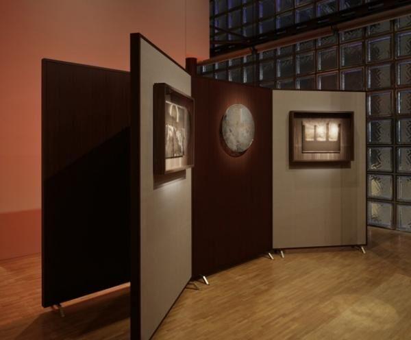 二重の太陽や黒い太陽を表現した作品の真ん中に「Ancient Mirror(古の鏡)」が展示されている